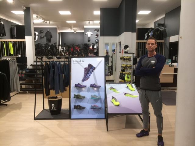 Jonas foran On løsning i butikken, som er blevet en del af det nye Shop in shop koncept.